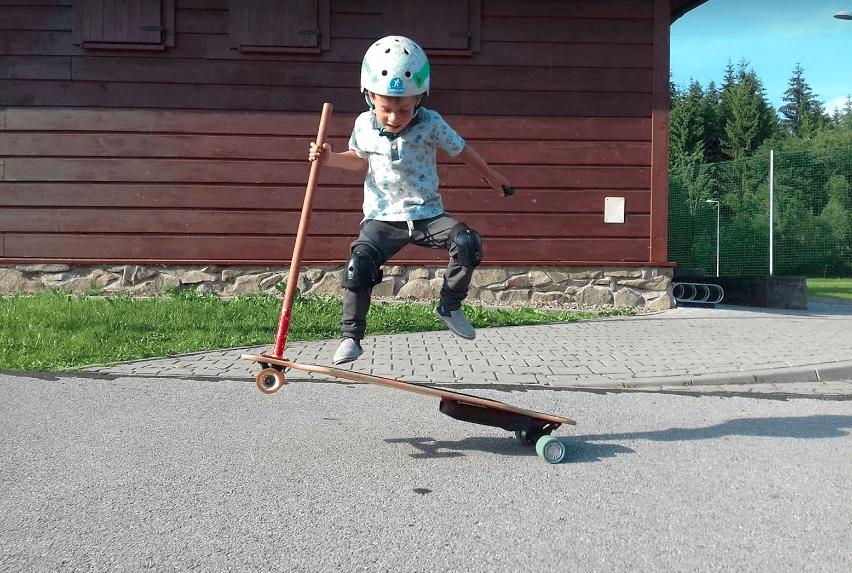 dziecko na longboardzie elektrycznym